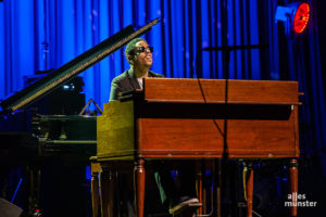 Der junge Organist und Pianist Matthew Whitaker heizte das Publikum zuvor im Alleingang ein. (Foto: Stephan Günther)