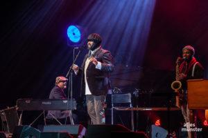 """Begleitet von seiner soliden Band sang Gregory Porter einige seiner bekannten Hits, aber auch neue Songs des kommenden Albums """"All Rise"""" (Foto: Stephan Günther)"""