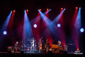 Eine aufregende Bühnenshow war gar nicht nötig, die Stimme von Gregory Porter trug durch den Abend. (Foto: Stephan Günther)