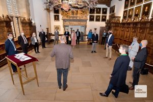 Bürgermeister Gerhard Joksch begrüßt die Gäste der Vertragsunterzeichnung im Friedenssaal des historischen Rathauses (Foto: Bührke)