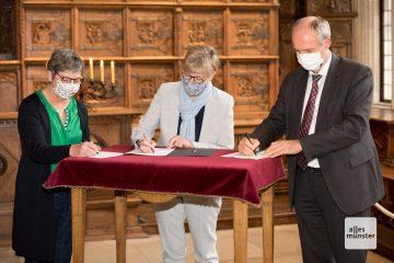 v.l.: Manuela R0ßbach (Vorstand Aktion Deutschland Hilft), Prof. Dr. Ute von Lojewski (Präsidentin FH Münster und Prof. Dr. Andreas Ostendorf (Prorektor Ruhruniversität Bochum) bei der Vertragsunterzeichnung (Foto: Bührke)