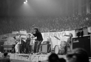 Deutschland-Premiere für die Rolling Stones in Münster: Der damals 22-jährige Mick Jagger mitten in der Halle Münsterland. (Foto: Willi Hänscheid, Stadtmuseum Münster)