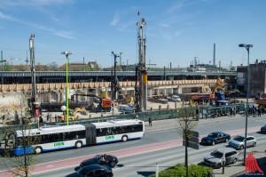 Möglicherweise ruht im Erdreich auf der Großbaustelle am Bahnhof ein Blindgänger. (Archivbild: th)
