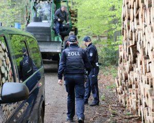 Forstwirtschaftliche Betriebe waren Gegenstand der Schwerpunktprüfung nach dem Schwarzarbeitsbekämpfungsgesetz, die die Zöllnerinnen und Zöllner des Hauptzollamtes Münster in der vergangenen Woche im Münsterland durchführten. (Foto: Hauptzollamt Münster)