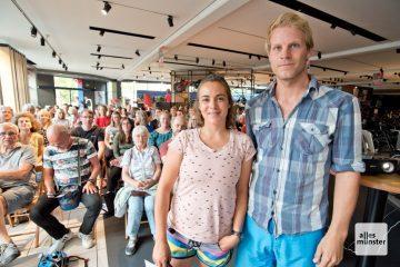 Magda Mayerhoffer (l.) und Manu Winkler berichteten vor rund 70 Zuhörern bei Fahrrad XXL Hürter von ihren bisherigen Reiseerlebnissen. (Foto: Michael Bührke)