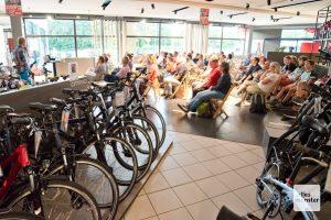 Das Fahrradgeschäft an der Hammer Straße war die passende Kulisse für die Berichte der beiden Weltumrunder. (Foto: Michael Bührke)