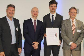 Der Hentschel-Preisträger 2019, PD Dr. Peter Sporns (mit Urkunde), mit den Gratulanten Prof. Jens Volkmann und Prof. Karl Georg Häusler vom Uniklinikum Würzburg sowie Stiftungsgründer Günter Hentschel (Foto: B. May / UKW)