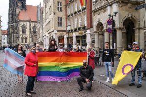 Vertreter der Queer-Community in Münster auf dem Prinzipalmarkt. (Foto: KCM)