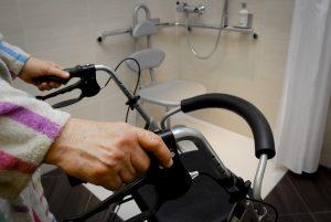 Barrierefreie Dusche: Mit Blick auf den demografischen Wandel fordert die IG BAU mehr Anstrengungen beim altersgerechten Bauen und Sanieren. (Foto: IG BAU)
