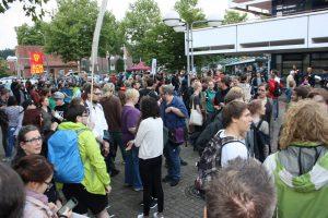 Etwa 250 AfD-Gegner waren am Abend vor der Stadthalle Hiltrup zusammengekommen, um zu demonstrieren. (Foto: nn)