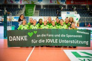 Das Team des USC Münster bedankte und verabschiedete sich nach der Partie von Fans, Helfern und Sponsoren. (Foto: Michael Mücke)