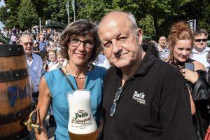 Gudrun Bruns von der Krebsberatungsstelle mit Schirmherr Leonard Lansink. (Foto: th)
