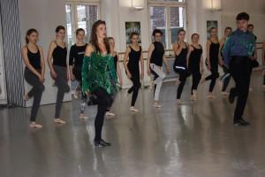 """Siobhan Manson (li.) und Tomas Ó Sé von """"Riverdance"""" zeigen in der Tanzschule Schritte aus ihrem Repertoire. (Foto: n.n.)"""