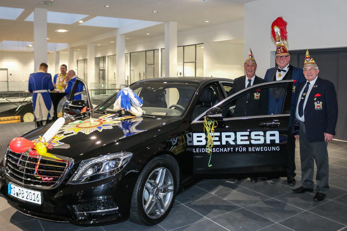 Prinz Bernd I. (mi.) nimmt seinen neuen Dienstwagen in Empfang. (Foto: Eve Homann)