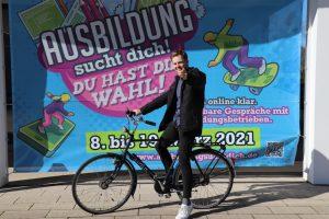 """Schneller als mit dem Fahrrad geht es in diesem Jahr zum Ausbildungsplatz: Mit drei Klicks ist bei der Aktion """"Ausbildung sucht dich"""" ein Vorstellungsgespräch mit einem Unternehmen vereinbart. (Foto: IHK)"""