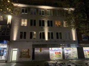 Die neue Fassadenbeleuchtung am Haus Windthorststrasse 18 zeigt das Potenzial für eine lichtgestalterische Aufwertung des Bahnhofsviertels.