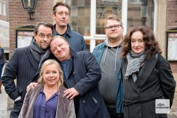 """Björn Meyer (2.v.r.) ist der neue im erfolgreichen Team des Tatort Münster. Hier beim Pressetermin zur Folge """"Limbus"""" vor dem Kiepenkerl. (Foto: Bührke)"""