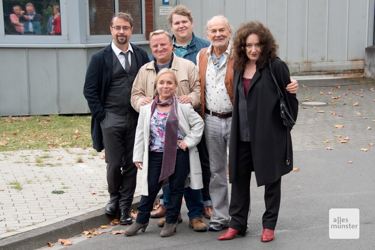 """Das komplette Kernteam des Tatort Münster inklusive Björn Meyer (m.) während der Dreharbeiten zum Tatort """"Spieglein, Spieglein"""" vor der JVA. (Foto: Bührke)"""