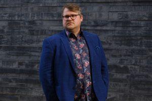 Es geht auch seriös: Björn Meyer im blauen Sakko. (Foto: Vedad Divovic)
