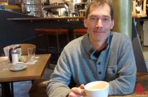 Jürgen Flenker, der aktuelle Landschreiber-Preisträger in der Kategorie Lyrik, sitzt gerne im Cafe Garbo. (Foto: privat)