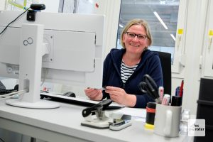 Claudia Hopsters Arbeitsplatz ist ein Wohncontainer in der Halle Münsterland. (Foto: Michael Bührke)