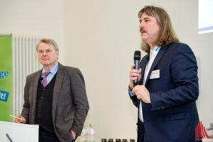 Josef Tumbrinck (r.) und Dr. Heinrich Bottermann während der Tagung im Institut für Landschaftsökologie. (Foto: mb)