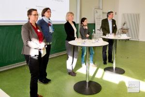 Während des Podiumsgesprächs (v.l.): Dr. Britta Linnemann (NABU), Dr. Christiane Weitzel (Robin Wood), Dr. Heide Naderer, Dr. Nadja Simons (TU Darmstadt) und Eberhardt Freiherr von Wrede (Waldbauerverband NRW). (Foto: Michael Bührke)