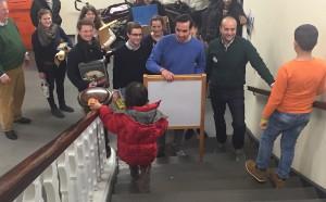 Bereits auf der Treppe werden die Ehrenamtlichen von den Flüchtlingskindern empfangen. (Foto: Thiemann)