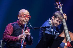 """Mitunter erklang die Klarinette von Kazutoki Umezu wie eine Vogelstimme, Oliver Potratz begleitete Eric Schaefers Projekt """"Ticket to Osaka"""" am Bass. (Foto: sg)"""