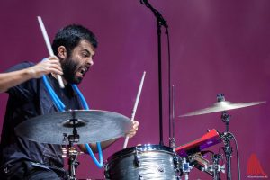 Action und Albernheiten an den Drums gab es mit Pedro Vasconcelos vom portugiesischen Sextett Axes. (Foto: Stephan Günther)