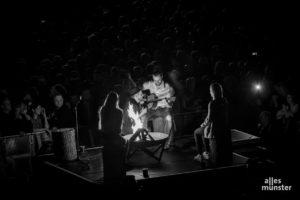 Zwischendurch gönnte Oerding sich ein wenig Lagerfeuermusik mit Fans aus dem Publikum. (Foto: Claudia Feldmann)