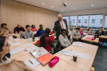 Minister Laumann im Gespräch mit den Auszubildenden. (Foto: Maren Kuiter, JUH)