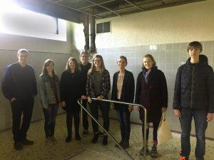 Zusammen mit Schulleiterin Anne Eyben (3. von rechts) sahen sich die Vertreter des Jugendrats das Lehrschwimmbecken im Schillergymnasium an (Foto: Jugendrat der Stadt Münster)