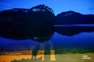Ein ruhiger See zwischen den Bergen war das Urlaubsziel unserer Kolumnen-Autorin. (Foto: Iris Brandewiede)