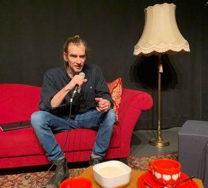 """Andreas Weber lädt fast jeden Dienstag einen oder eine Kulturschaffende zur Talkrunde """"Kaffeeklatsch"""" ein. (Foto: TatWort )"""