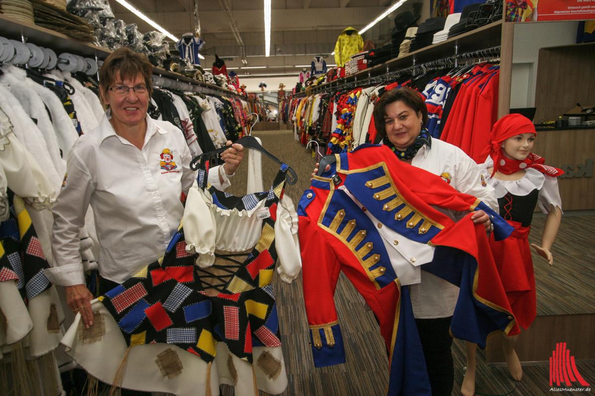 Friedlinde Scholze (r.) und Silvia Becker kennen sich aus und wissen genau, wo welches der über 1000 Kostüme zur Auswahl in der neuen Filiale von Karnevalswierts zu finden ist. (Foto: rwe)