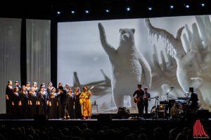 Katie Melua mit Chor und Band. (Foto: Stephan Günther)