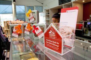 An 24 Ausgabestellen erhalten Spender des Pelikanhauses diese praktischen Dosen mit leckerem Inhalt. (Foto: Clemenshospital)