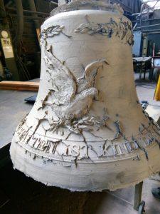 Vor dem letzten finalen Guss: Die Friedensglocke von Laurenz E. Kirchner zeigt auch eine Friedenstaube, die Federn lässt. Die 120 Kilogramm schwere Glocke wurde in Gescher gegossen. (Foto: privat)
