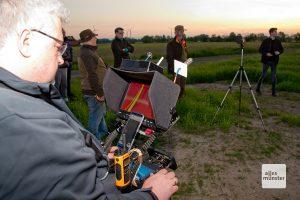 Konzentriert beobachten Gerseker und die anderen Kitzretter das Wärmebild auf dem Monitor. (Foto: Michael Bührke)