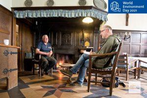 Der Autor im Gespräch mit dem Landwirt Georg Schulze Dieckhoff. (Foto: Michael Bührke)
