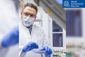 Prof. Dr. Stephan Ludwig während der Arbeit im Labor der Uni Münster. (Foto: WWU - Peter Leßmann)