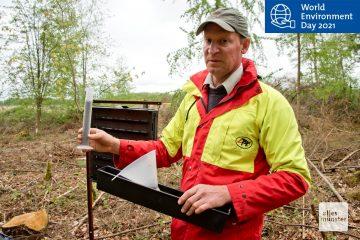 Förster Kleining zeigt des Messbehälter mit Borkenkäfern. Nur diese Menge würde ausreichen, einen gesunden Fichtenwald zu befallen. (Foto: Michael Bührke)