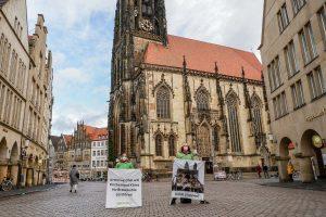 Mitglieder von Greenpeace Münster vor der Lambertikirche. (Foto: Greenpeace Münster)