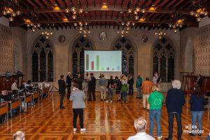 Anfangs war es noch recht leer im Rathausfestsaal, wo Jochen Temme die Zwischenergebnisse moderierte. Am Eingang wurde jeder Zutritt kontrolliert und gezählt. (Foto: Stephan Günther)