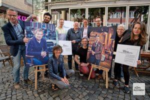 Sieht aus wie zwölf, sind aber zehn engagierte Menschen, die sich schon auf die Ausstellungseröffnung der Krebsberatungsstelle am Samstag freuen (Foto: Michael Bührke)