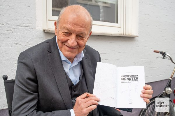 Drei Exemplare mit der Unterschrift von Leonard Lansink werden verlost (Foto: Bührke)