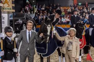 Turnier-Veranstalter Oliver Schulze Brüning und Bürgermeisterin Karin Reismann gratulieren. (Foto: sg)