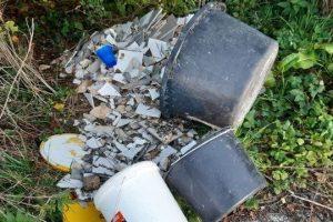 Illegal in der Natur entsorgter Müll schädigt das Grundwasser. (Foto: LWL)