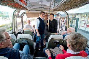 "Busfahrer Wolfgang Meyer, Oberarzt Tim Wessels, Koordinatorin Petra Mühlenkamp und der Moderator Christoph Tiemann (v.l.) unterwegs im ""Grünen Erni"". (Foto: mb)"